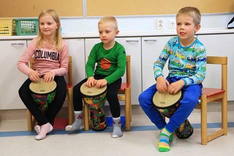 Jämsänjokilaakson musiikkiopiston soitinpiirissä Korven koululla tiistaisin koulupäivän jälkeen käyvät Iina Hasala ja Henri Hasala sekä Topias Laakso keskittyvät djembe-rumpujen soittamiseen.