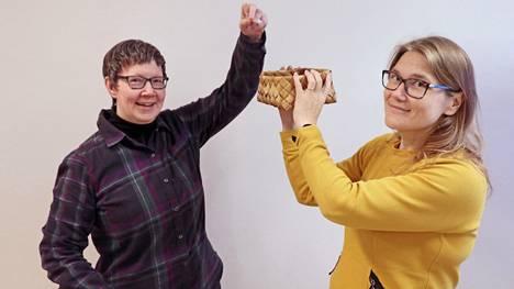 Pienen lukupiirin Outi Kättö (vasemmalla) ja Mira Metsälä arpoivat seuraavan luettavan teoksen lukijoiden antamista ehdotuksista.