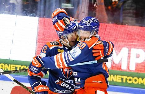 Otto Rauhala (vas.) ja Niko Ojamäki junailivat Tapparalle 4–1-osuman alivoimalla.
