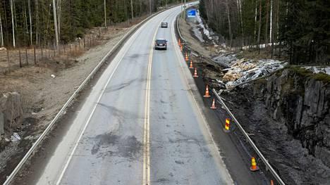 Ysitiellä Tamperene Olkahisissa sattui kiirastorstaina kuolonkolari. Pitkäperjantaina 2. huhtikuuta onnettomuuden jäljet olivat yhä nähtävissä tapahtumapaikalla.