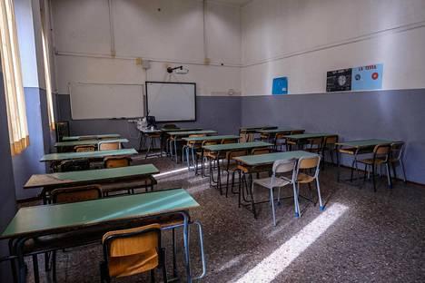Roomalaisen Mamiani-lukion luokat ovat tyhjinä, sillä Italiassa koulut avataan aikaisintaan syyskuussa. Samoin Espanjassa.