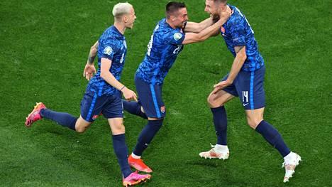 Slovakian Milan Skriniar teki voittomaalin Puolaa vastaan maanantaina. Joukkueet pelaavat samassa alkulohkossa Ruotsin ja Espanjan kanssa.