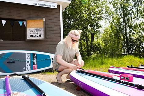 Torstain sää oli ihanteellinen sup-lautailuun, sanoo sup-pisteen toinen omistaja Sanna Juutilainen.