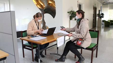 Mänttä-Vilppulan keskusvaalilautakunnan sihteeri Tuulia Rinne otti vastaan keskustan Sirpa Väisäseltä puolueen listalle tulleet muutokset. Yksi ehdokas tuli lisää, yksi vetäytyi pois vaalista.