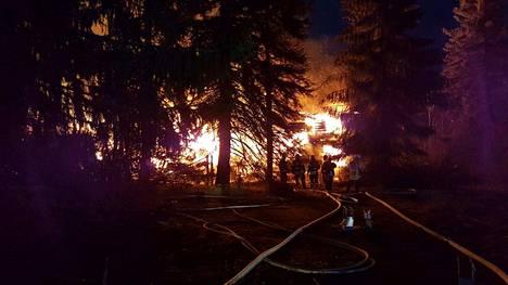 Könkkölän entinen kartano paloi kivijalkaan asti maanantaina. Parhaimmillaan paikalla oli 15 pelastuslaitoksen yksikköä.