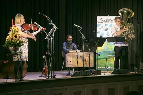 """Trio Harharetki johdattaa kuulijat viikonloppuna hävyttömien laulujen maailmaan. Triossa laulavat ja soittavat Eeva-Maija Talasma, Risto Kupari ja Markku Ollila. Kansanlaulut ovat """"ajalta, jolloin tuskin kukaan olisi hyväksynyt kyseisiä ralleja kaiken kansan kuultavaksi."""""""