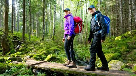 Kokeneet vaeltajat Minna Silvennoinen ja Jukka-Pekka Riskilä Ylöjärveltä tekevät mielellään pitkiä retkiä ja yöpyvät metsässä. Nyt suunnitelmissa oli 15 kilometrin lenkki Kintulammin maastossa. Pariskunta kertoo aiemmin käyneensä myös Pukalan reiteillä Orivedellä.