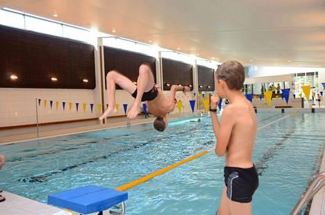 Tiistai ja keskiviikko ovat Harjavallan uimahallissa tavallisesta poikkeavia päiviä: Tuolloin harjoitellaan vesillä liikkumisen taitoja.