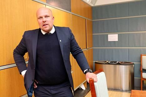 Rauman kaupunginhallituksen puheenjohtaja Kalle Leppikorpi (sd.) arvioi, että poliklinikoiden siirto sairaanhoitopiirille turvaa todennäköisimmin lähipalvelut. Rauman mahdollisuudet kilpailla henkilöstöstä yksin, rahallakaan, olisivat kapeat.