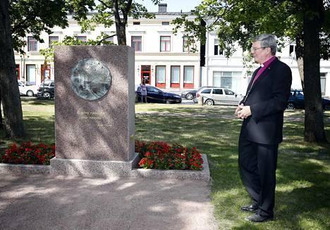 Turun arkkihiippakunnan piispa Kaarlo Kalliala paljasti punaisten muistomerkin Keski-Porin kirkkopuistossa 2018.