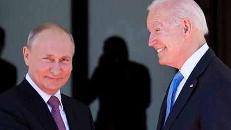 Venäjän presidentti Vladimir Putin ja Yhdysvaltain presidentti Joe Biden eivät ennakkotietojen mukaan pidä yhteistä lehdistötilaisuutta. Heidän odotetaan kuitenkin kertovan neuvottelujen sujumisesta erikseen. Kuva on otettu Genevessä 16.6.2021.