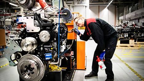 Maailman johtava maatalouskoneiden ja -palveluiden yritys Agco Power on yhä Nokian Linnavuoressa. Kuvassa parin vuoden takaa moottoriasentaja Kimmo Kivi.