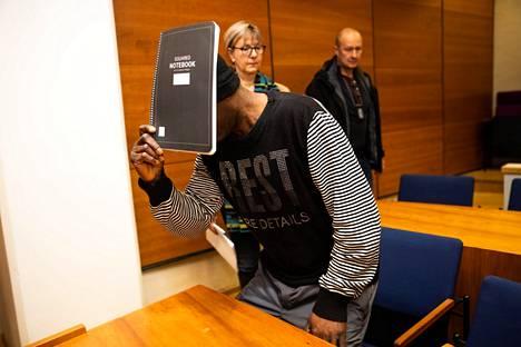 Sierraleonelaismiestä syytetään muun muassa murhista ja törkeistä raiskauksista. Arkistokuva vangitsemisoikeudenkäynnistä.