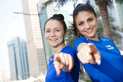 Reetta Hurske (vas.) ja Nooralotta Neziri kertovat 100 metrin aitajuoksun henkisistä haasteista.