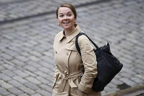Keskustan kansanedustaja Katri Kulmuni odottaa lasta.
