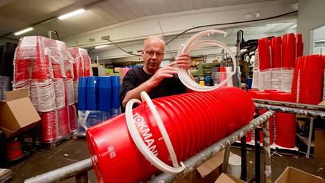 Toimitusjohtaja Risto Mikkonen tekee tuotannossakin kaikkea mitä tarvitaan. Vanttilan muovi Punkalaitumella valmistaa kaikki Tokmannin jakamat ilmaisämpärit.