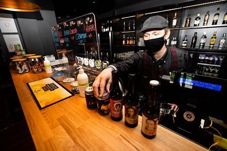 Vuoropäällikkö Sampsa Leppäsalko esitteli Asemamestarissa myynnissä olevia oluita.