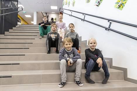 Vatialan koulun oppilaat kertovat ajatuksiaan syyslomasta. Edessä ovat ekaluokkalaiset Elias Keinonen ja Elsa Suoniemi. Keskellä kolmosluokkalaiset Väinö Ylirämi ja Saima Tala ja takana vitosluokkalaiset Aatu Mäntylä ja Hanna Turunen.