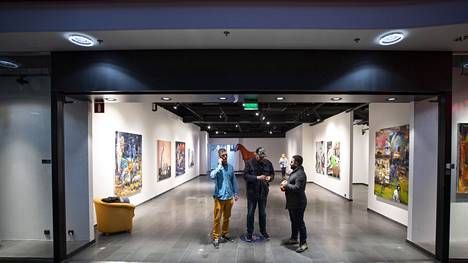 Kuraattorit Petri Haavisto, Ville Kirjanen ja Farbod Fakharzadeh valmistautuivat lauantaina avautuvaan laajaan taidenäyttelyyn Iso Karhun kauppakeskuksessa. Taidetta on ostoskeskuksessa lukuisissa tyhjillään olevissa tiloissa ja myös käytävillä.