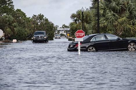 Kadut tulvivat Sally-myrskyn tuomien rankkasateiden takia Alabamassa keskiviikkona.
