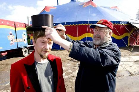 Sirkus Finlandia on perheyritys. Carl-Gustav Jernström (oik.) asetti vuonna 2011 tirehtöörin silinterin poikansa Carl juniorin päähän.