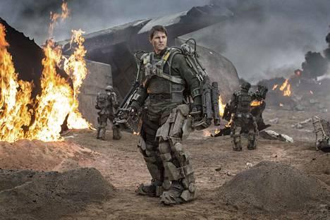 Tom Cruise on taistelukokemusta omaamaton majuri William Cage, joka määrätään rintamalle avaruusolentoja vastaan Edge of Tomorrow -elokuvassa.