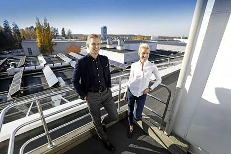 Eeva ja Ville Solja edustavat perheyhtiön neljättä sukupolvea. Kuvassa he ovat yrityksen tehtaalla Lempäälässä.