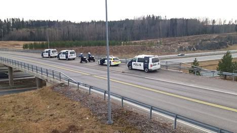 Poliisi oli perjantaina valmistautumassa valvontaan Helsinki-Turku moottoritiellä.
