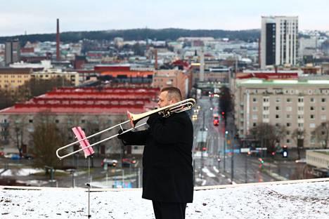 Teemu Salmi valmistautui jouluaaton poikkeuksellista tilaisuutta varten Kalevan kirkon katolla.