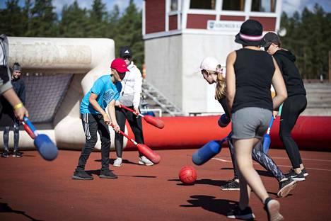 Pitkis-sportilla pääsee kokeilemaan lajien lisäksi erilaisia liikuntaleikkejä. Taekwondo-ryhmässä oleva sinipaitainen Heikki Hakala pelaa muiden ryhmäläistensä kanssa nuijapalloa.