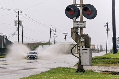 Auto kuvattiin Galvestonissa tulvivalla kadulla 13. syyskuuta.