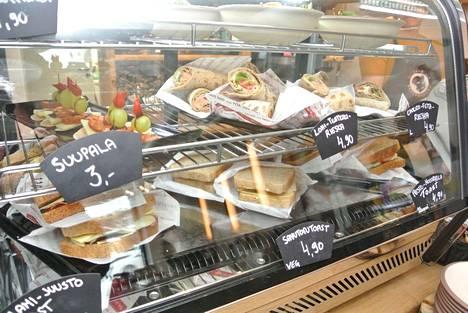 Pärämätsien lisäksi Metsonkulman vitriinissä on myynnissä erilaisia suolapaloja ja kakkuja.