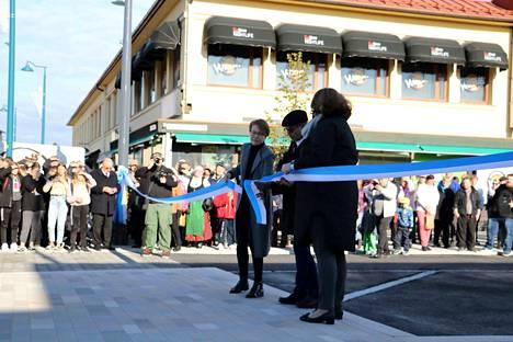 Kadun yli viritellyn nauhan katkaisivat yhteistuumin (vasemmalta) Katja Rissanen, kansanedustaja Jouni Kotiaho ja va. kaupunginjohtaja Anna-Liisa Juurinen.