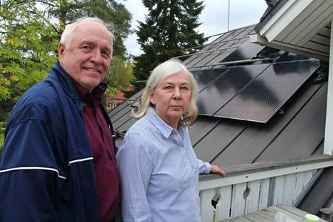 Erkki ja Ulla Nyyssösen talon katolle Mouhijärven Uotsolassa asennettiin aurinkopaneelit. He odottavat, että sähkölasku vähintään puolittuu.