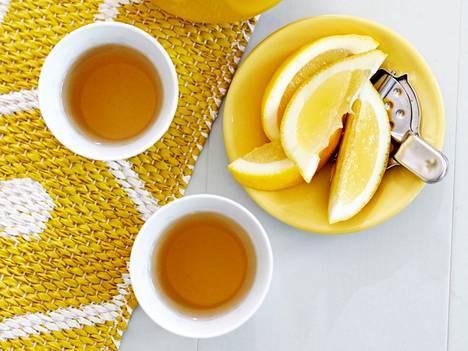 Eri teelaatujen suurin ero on kofeiinin määrässä. Musta tee sisältää paljon kofeiinia, valkoinen tee sen sijaan on miltei kofeiinitonta.