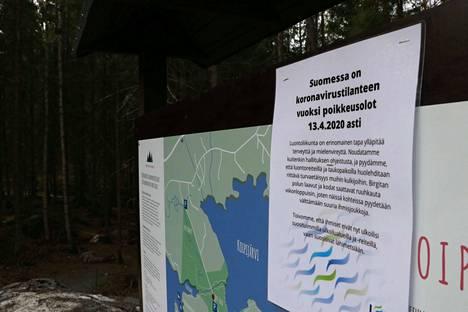 Koronaviruksen aiheuttamista poikkeusoloista informoidaan muun muassa tällä Koipitaipaleen luonnonsuojelualueen pysäköintipaikalla.