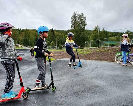 AntonSaarinen (vas.), Luka Havanka, Joel Hietikko ja Heta Kaleva pääsivät kokeilemaan pumptrackia jo keskiviikkona.