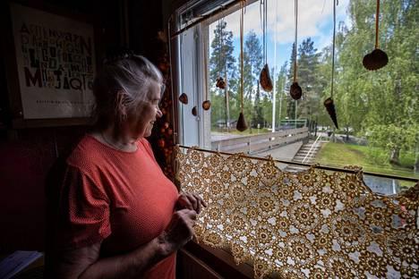 Aino Aaltonen ei voisi kuvitellakaan muuttavansa Tampereen uusille asuinalueille, joilla talot on rakennettu tiiviisti vieri viereen. Hänelle on tärkeää, että ikkunasta näkee muutakin kuin naapurin seinän.