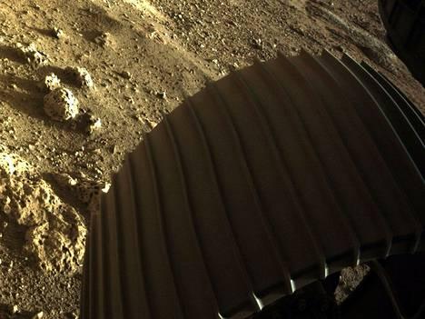 Marsin pinnalta otetussa 19. helmikuuta julkaistussa kuvassa näkyy kiviainesta ja mönkijän pyörä.