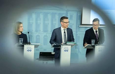 Valtiovarainministeriön finanssineuvos Marja Paavonen, ylijohtaja Mikko Spolander ja finasssineuvos Jukka Railavo esittelivät valtiovarainministeriön taloudellisen katsauksen.
