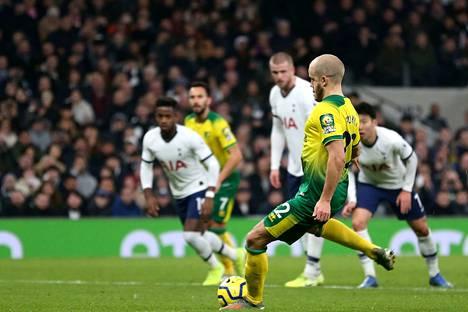 Teemu Pukki viimeisteli kauden 11:nnen maalinsa rangaistuspilkulta Tottenhamin verkkoon.