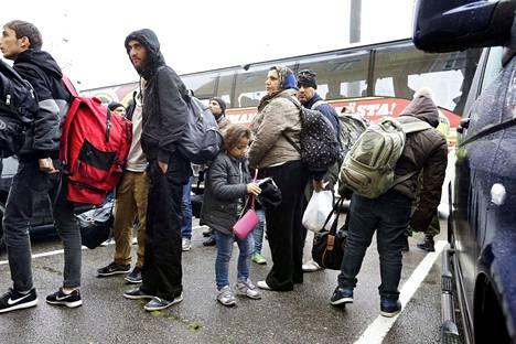 Turvapaikanhakijoita saapui Suomeen ennätysmäärä syksyllä 2015. Arkistokuvassa heitä on siirtymässä järjestelykeskukseen.