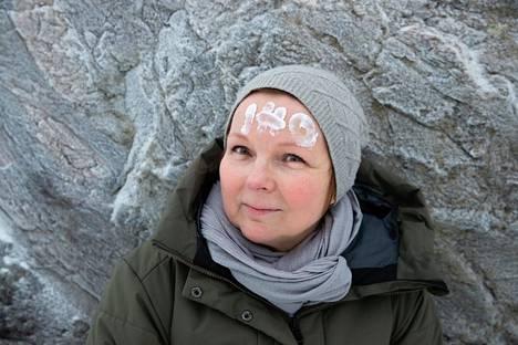 Elina Tuomaala ei voinut nuorena hakea unelma-ammattiinsa hammaslääkäriksi, koska hän olisi saanut työn vaatimista käsineistä oireita.