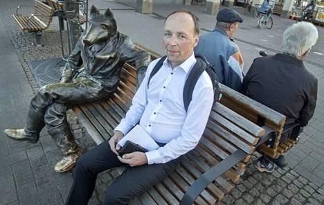 Kosiosusi-veistoksen viereen Joensuussa istahtanut Jussi Halla-aho sanoo, että kokoomuksen näkemys yhteistyöstä tuntuu monesti olevan se, että perussuomalaiset saavat osallistua kokoomuksen hankkeisiin. Sille yhteistyö ei voi hänen mielestään rakentua.