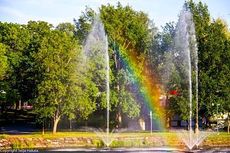Lukijoiden kesäkuvat Valkeakoskelta ja sen ympäristöstä ovat ihastuttaneet lukijoita pitkin kesää. Seija Hakala kuvasi 12. heinäkuuta suihkulähteen, jonka pisaroihin ilta-aurinko teki sateenkaaren.