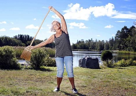 Liikunnan ei tarvitse olla aina vakavaa. Maija Laakso nappasi keppijumppaa varten mukaansa harjan, jonka kanssa kelpaa verrytellä.