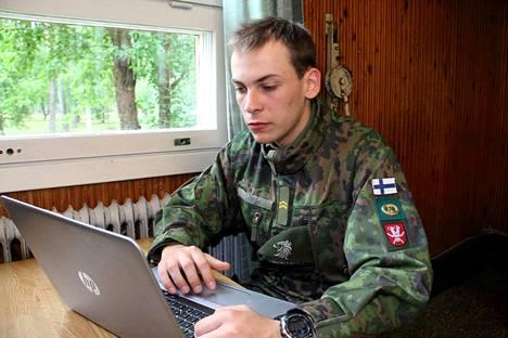 Alikersantti Jaakko Limpi pitää verkko-opetusta hyvänä asiana. Verkossa jokainen voi perehtyä itsenäisesti opetuspaketteihin ja tehdä harjoitustehtäviä. Myös pääosa kokeista tehdään nykyään sähköisesti.