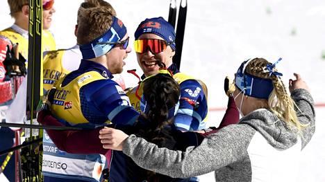 Ristomatti Hakola oli iloista miestä MM-parisprinttikilpailun jälkeen. Huikea hiihto parinsa Joni Mäen kanssa toi kaksikolle MM-hopeamitalit.