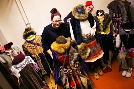 Etunäyttämön ensi syksyn näytelmä on Sanna Törmäkankaan (oik.) ohjaama ja dramatisoima, Hans Christian Andersenin satuun perustuva Lumikuningatar. Törmäkangas vastaa myös puvustuksesta yhdessä Susanna Rämön kanssa.