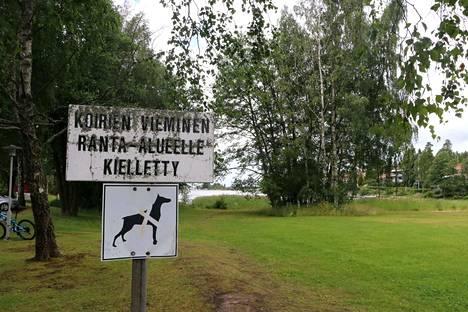 Merirauman uimarannan käyttö koirien uittamiseen on nostattanut keskustelua Raumalla, vaikka laki ja säännöt sekä kieltotaulut ovat yksiselitteisiä.